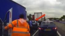 Traffico in autostrada: gli automobilisti scendono dai propri veicoli e scatenano il caos