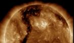 """Al centro del Sole c'è un """"buco"""": le immagini che non vi aspettereste"""
