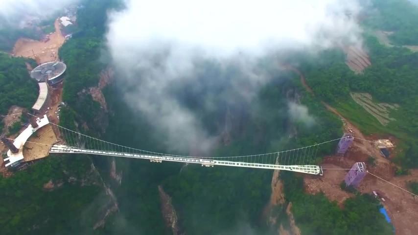Cina pronto il ponte di vetro pi alto del mondo una for Alto pericolo il tuo account e stato attaccato