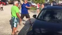 Il cane è chiuso in auto, sotto al sole: sconosciuto rompe il vetro per liberarlo