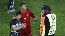 Cristiano Ronaldo ferma la sicurezza e rende felice un tifoso in lacrime: selfie a fine gara