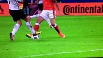 Contrasto durissimo tra Griezmann e Behrami, il pallone si disintegra