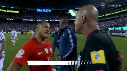 """L'arbitro irride Sanchez: """"Parla lentamente non ti capisco"""""""