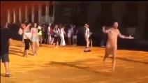 Ragazzo corre nudo sulla passerella di Christo: denunciato