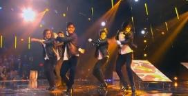 I sexy ballerini salgono sul palco: la loro insolita performance infiamma lo studio