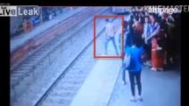 Aspetta che il treno arrivi, poi il gesto estremo del ragazzo: le immagini shock