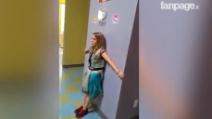 La bambina deve entrare dal medico ma ha paura: ecco cosa accade quando arriva il suo turno