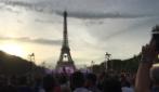Che spettacolo sotto la Tour Eiffel: i francesi cantano la Marsigliese