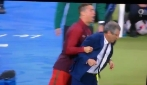 Cristiano Ronaldo maltratta e spinge via il ct: la scena comica a fine gara