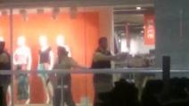 Attentato Monaco, le immagini dei clienti terrorizzati all'interno del centro commerciale