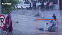 Viene colto da infarto davanti all'ospedale: un'infermiera gli salva la vita