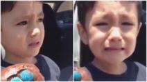 Il bambino apre la merendina e dopo scoppia in lacrime: piange per un motivo dolcissimo