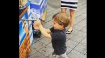 Il piccolo è attratto dal chioschetto dei gelati, ma quando il cono è pronto accade qualcosa di esilarante