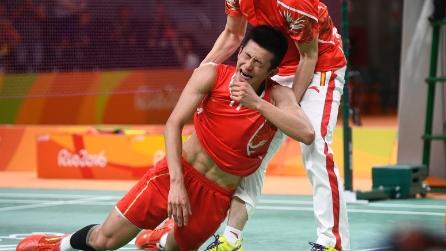 Rio 2016, l'atleta cinese vince la medaglia d'oro e crolla in lacrime