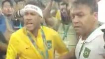 Neymar contestato: urla contro i tifosi e sferra un ceffone