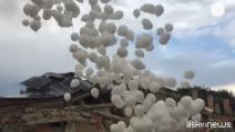 Terremoto, palloncini bianchi nel cielo di Amatrice in memoria delle vittime