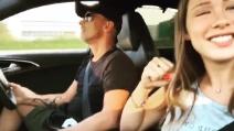"""Eros e Aurora Ramazzotti cantano """"L'aurora"""" in auto"""