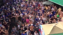 La festa in strada dei tifosi del Leicester a Bruges