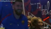 """L'emozione della bambina quando vede Messi: """"Mi ha toccato"""""""