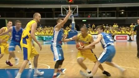 Svezia-Bosnia, cestista si spezza la gamba: le immagini shock