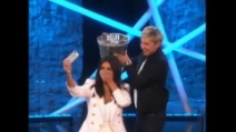 L'Ice Bucket Challenge di Kim Kardashian con tanto di selfie