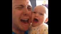 L'urlo del papà che spaventa il piccolo
