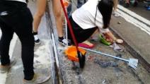 Hong Kong, dopo le proteste a colpi di uova e riso i manifestanti puliscono le strade