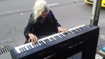 Un talento innato per il pianoforte, l'artista di strada che emoziona tutti