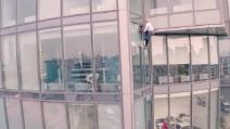 Inarrestabile Alain Robert: a 52 anni scala il grattacielo russo Vysotsky alto 190 metri