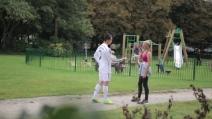 Il sosia di Cristiano Ronaldo si fa baciare da una ragazza ed esulta come se avesse segnato un gol