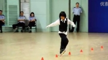 Balla sui pattini come Michael Jackson, spettacolare slalom tra i coni