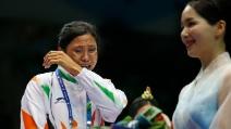 Rifiuta la medaglia di bronzo per un'ingiustizia ricevuta e scoppia in lacrime sul podio