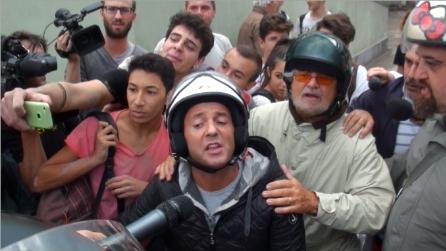 """Grillo tra gli """"Angeli del fango"""": """"I giornalisti se ne fregano di voi, io non sono qui per le foto"""""""