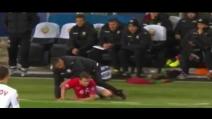 Il tackle di Johansen su l'allenatore avversario: Penev non la prende bene