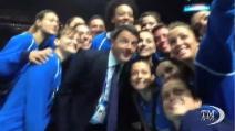 Renzi fa un selfie con la nazionale italiana di pallavolo femminile