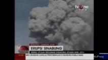 La spettacolare eruzione del vulcano Sinaburg: cenere con pennacchi fino ai 2mila km d'altezza