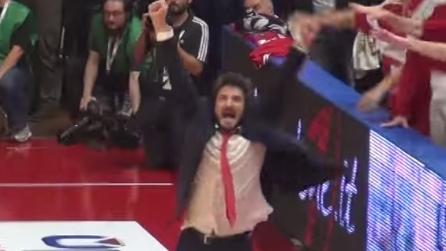 Basket Varese: l'incontenibile esultanza di Pozzecco manda in visibilio Masnago