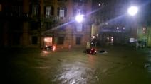 Alluvione a Genova, l'acqua trascina via le auto