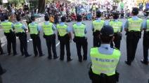 Hong Kong, la polizia rimuove le barricate della protesta: il muro dei manifestanti