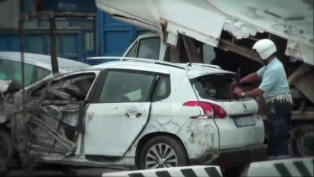 """Alluvione a Genova, il """"cimitero"""" dei detriti mette i brividi"""