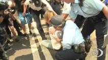 Tensioni a Hong Kong: manifestanti ostacolano la rimozione delle barricate