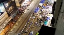 """Prete italiano intona """"Bella Ciao"""" tra i manifestanti di Hong Kong"""