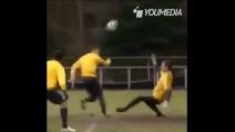 Il fantastico gol di Afellay in allenamento: doppio tacco e gol
