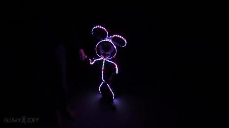 Halloween, papà crea per la sua piccola il costume di Minnie a LED