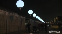 Per ricordare la caduta del muro: 8.000 palloncini a Berlino