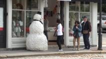 Scherzi da paura di Halloween: il pupazzo di neve terrorizza i passanti