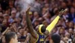 """LeBron James torna a Cleveland: i tifosi in delirio dopo il solito """"lancio"""" del borotalco"""