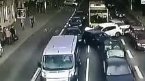 Bus non si ferma all'incrocio e spazza via le auto ferme