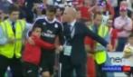 Piccolo tifoso corre ad abbracciare Ronaldo e non si stacca più da lui