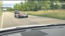 Una monoposto di Formula 1 nel traffico
